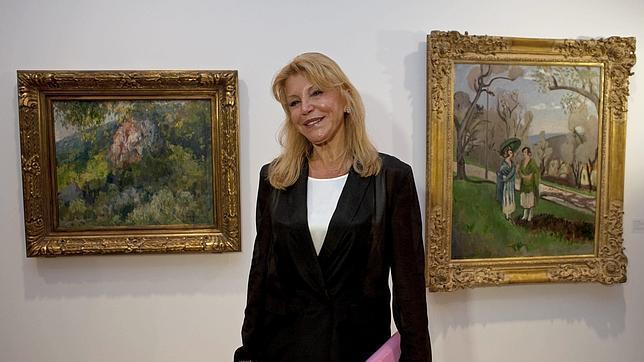 La baronesa Carmen Thyssen posa con dos cuadros de su colección particular