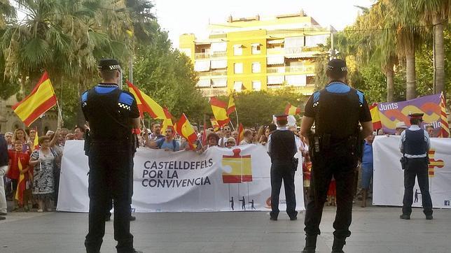 Concentración frente al Ayuntamiento de Castelldefels para rechazar la adhesión del consistorio a la AMI