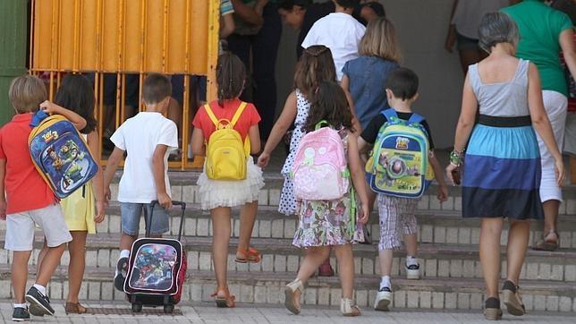 Un grupo de niños entrando en el colegio