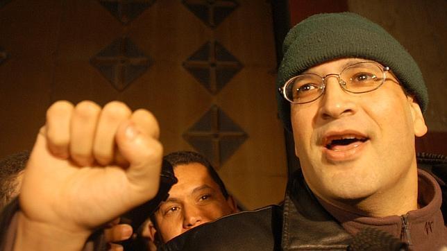 Alí Lmrabet al salir de la cárcel el 7 de enero de 2004 antes de ser inhabilitado diez años