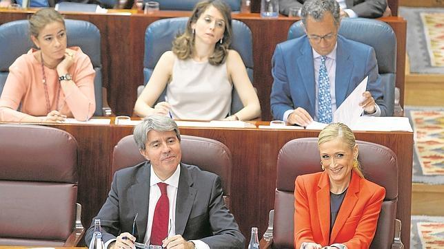 Cristina Cifuentes y su portavoz, Ángel Garrido, en el pleno de la Asamblea de Madrid