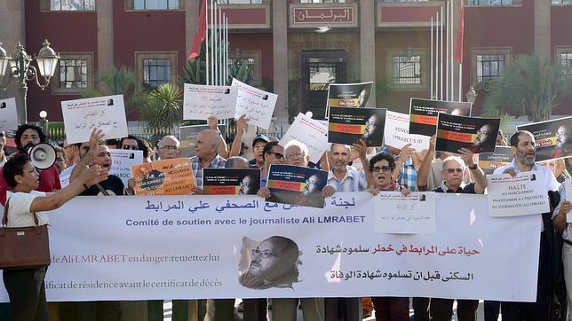 Aumenta la presión para que el rey de Marruecos permita trabajar al periodista Lmrabet