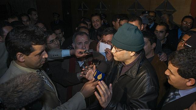 Lmrabet atiende a los medios al salir de la cárcel en 2004