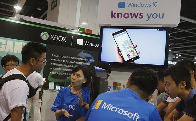 Microsoft promociona en Hong Kong, China, su nuevo sistema operativo Windows 10