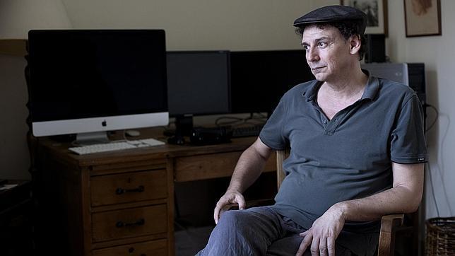 El cineasta José Luis Guerín, ante su escritorio en su casa de Barcelona