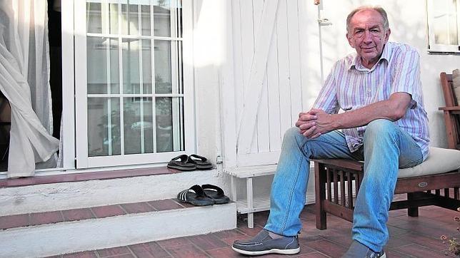 Boban Minic, en el porche de su casa en L'Escala, en el Ampurdán que bebe el mar