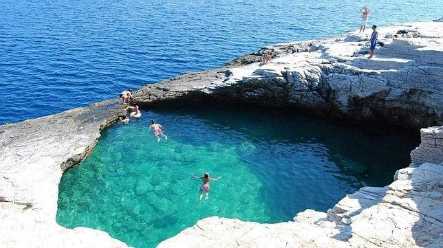 Las piscinas m s alucinantes al borde del mar for Hoteles con piscinas naturales