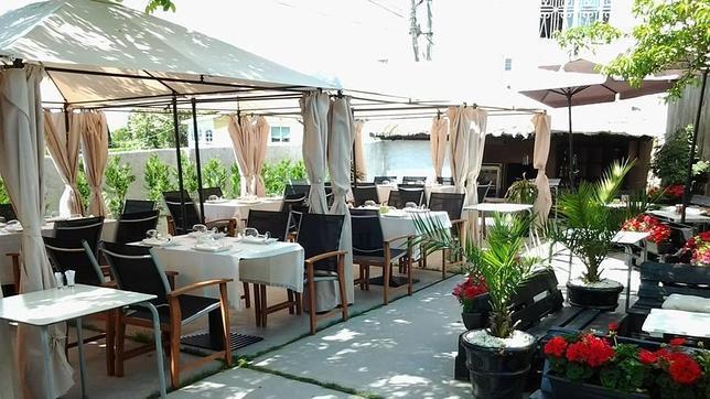Una soleada terraza y buena comida es parte de la oferta de este bonito restaurante de Oleiros