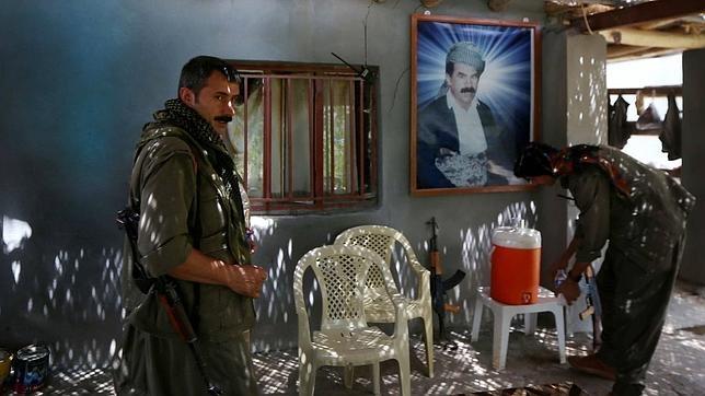 Miembros del PKK junto a un retrato de su líder encarcelado, Abdullah Öcalan