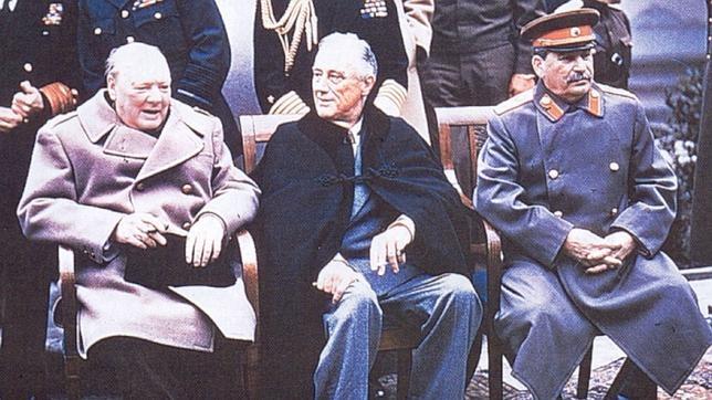 Resultado de imagen para Fotos Se clausura la Conferencia de Yalta, en la que Franklin Delano Roosevelt, Winston Churchill y Iósif Stalin