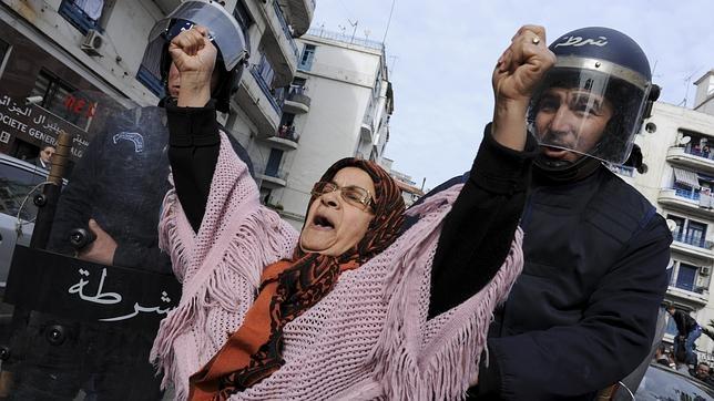 Manifestación en Argelia (2011) para reclamar democracia, libertad y mejoras sociales
