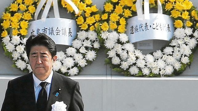 El primer ministro japonés, Shinzo Abe, en el Monumento a la Paz de Hiroshima