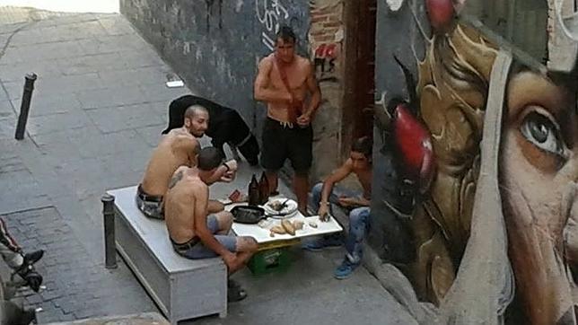 Varios jóvenes comen en plena calle de la vivienda okupada» en el barrio de Lavapiés