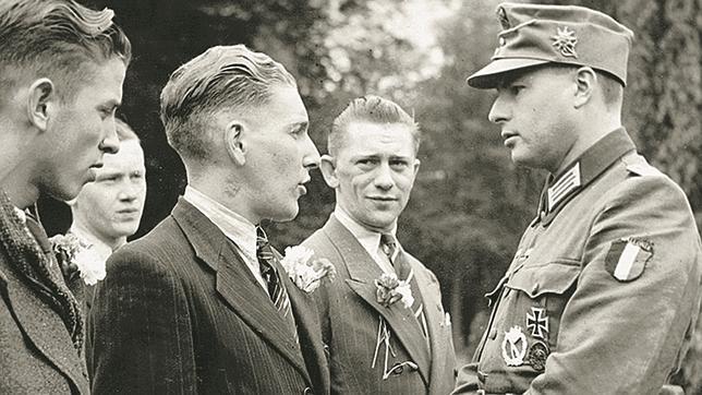 León Degrelle, a la derecha, como oficial de la Legión Valonia (unidad adscrita a las SS alemanas)