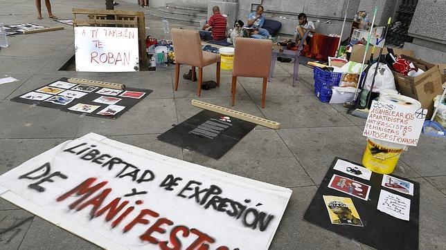 Los radicales acampados en Cibeles se mofan de la Policía con el beneplácito de Carmena
