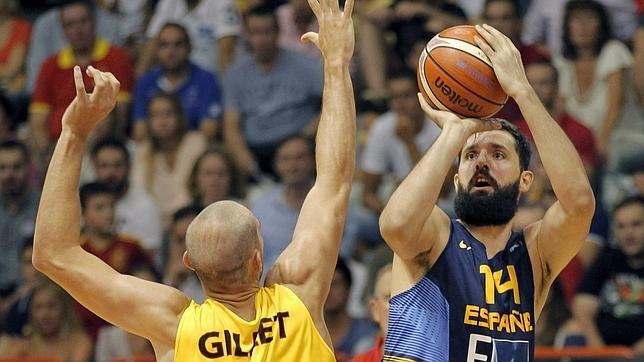 El ala-pivot de la selección española, Nicola Mirotic, lanza ante el jugador de Bélgica, Pierre Gillet, durante el reciente encuentro amistoso disputado en Gijón