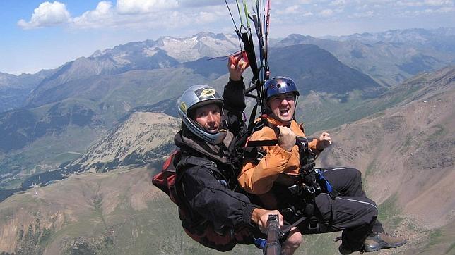 Dos aficionados practican parapente