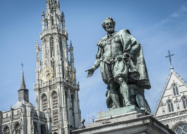 Estatua de Rubens en la Groenplaats con la catedral al fondo
