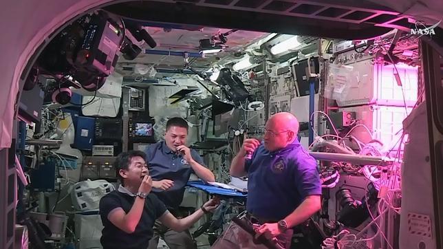 Astronautas de la Estación Espacial Internacional degustan la lechuga cultivada en el espacio