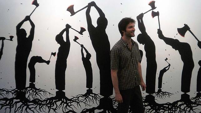Pejac con uno de sus murales