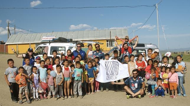 Los integrantes del Quijote Team con niños de Ulan Bator
