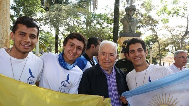 El expresidente de Colombia Belisario Betancur con algunos miembros de la Ruta BBVA 2015 frente a la estatua del fundador de Barichara