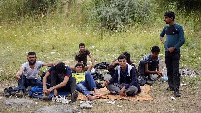 Varios refugiados afganos permanecen en las inmediaciones de una fábrica abandonada y un vertedero en tierra de nadie, en Subotica, Serbia