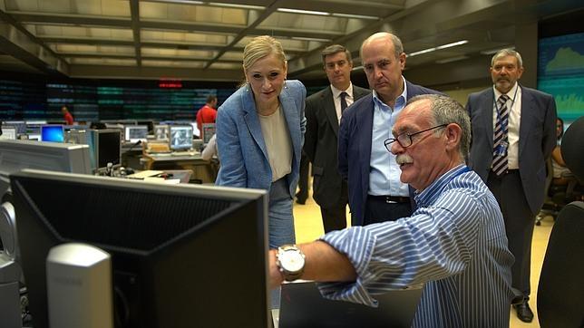 La presidenta de la Comunidad de Madrid, Cristina Cifuentes, durante su visita al Centro de Seguridad de Metro de Madrid
