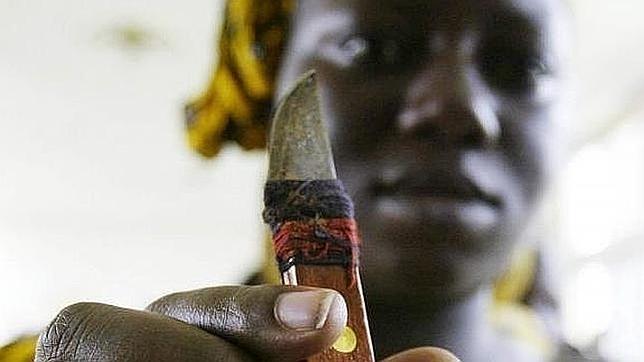 Una mujer muestra el cuchillo con el que practica ablaciones de clítoris