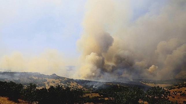 Cortina de humo provocada por enfrentamientos entre el Ejército turco y el PKK