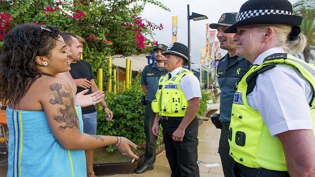 Imagen de un grupo de policías británicos patrullando en una playa de Ibiza junto a la Guardia Civil