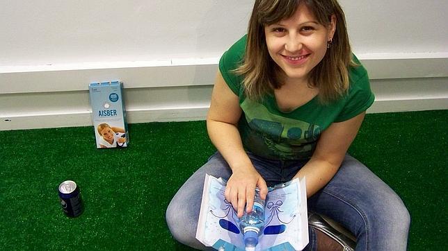 Paola Fatás con el enfriador de latas que ha diseñado y comercializado