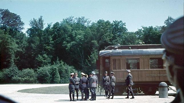 Hitler en Paris ante el vagón donde se firmó la caída de Francia en 1940
