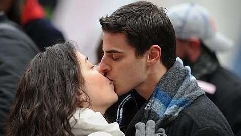 La mayoría de las personas está expuesta a la enfermedad del beso