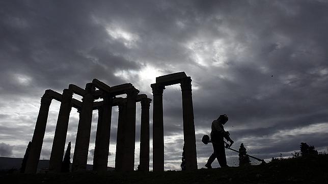 La necesidad obliga a los griegos a rebuscar entre sus tesoros