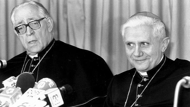 Marcelo González Martín, en la imagen con Joseph Ratzinger, murió el 25 de agosto de 2004