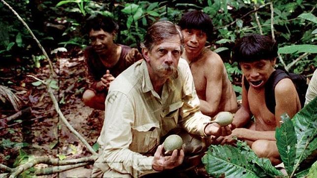 Charles Brewer-Carías con un poblado indígena del Amazonas