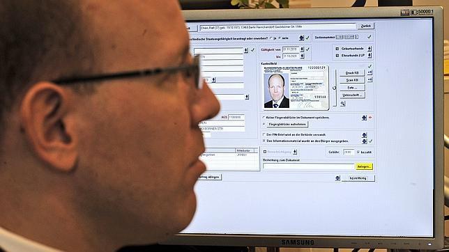 Imagen de archivo de 2010 de cuando se introdujeron los primeros DNI con chips en Alemania