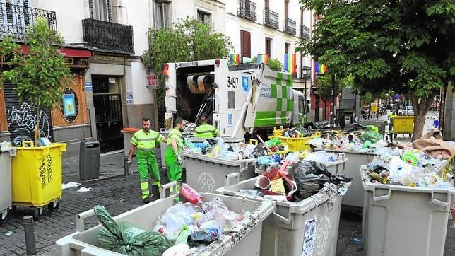 Carmena quiere que la recogida de basuras siga en manos - Limpieza casas madrid ...