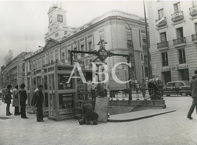 Fotograf as antiguas de abc cabinas telef nicas en la for Puerta del sol hoy