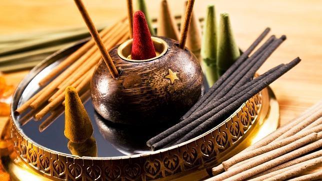La quema de incienso es una práctica común en muchos hogares y templos religiosos
