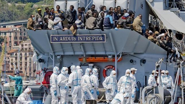 Un grupo de 545 inmigrantes rescatados este sábado en las aguas del canal de Sicilia