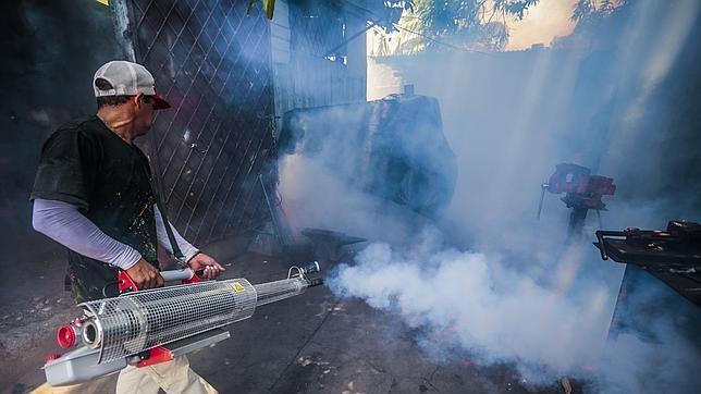 Un trabajador fumigando en la ciudad de Managua, Nicaragua, para luuchar contra el mosquito tigre, tranmisor de la enfermedad