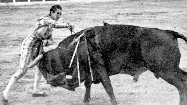 Manuel Rodríguez «Manolete», en el momento de la cornada mortal al entrar a matar a «Islero»
