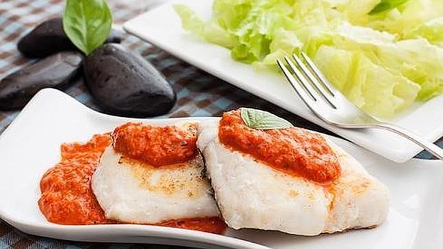 Menú saludable con merluza a la provenzal y salchichas con espinacas