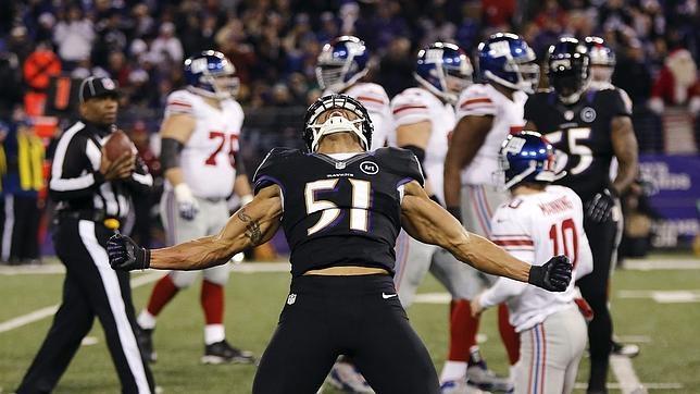 Un futbolista de Baltimore Ravens celebra un triunfo durante un partido de la NFL