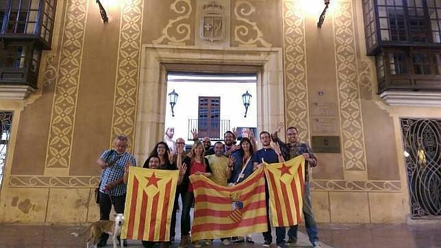 Imagen de ediles de Compromís con banderas independentistas catalanas