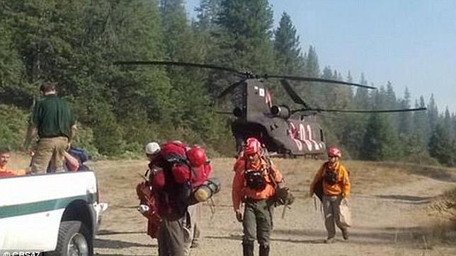 El equipo de rescate, en el momento del traslado