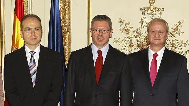 Imagen de archivo de Juan Bravo y Alberto Ruiz-Gallardón y Fernando Román en la sede del Ministerio (de izquierda a derecha)
