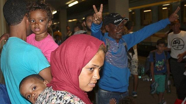 Un grupo de inmigrantes llega a la estación de Westbahnhof, en Viena, desde Budapest